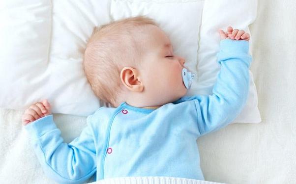 bebe-durmiendo-con-su-chupete