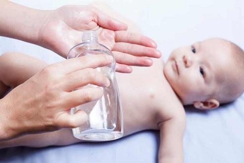 hidratando-la-piel-de-un-bebe