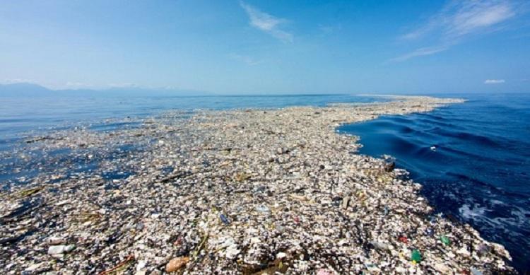 oceano lleno de plastico