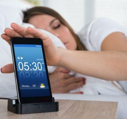 Por qué no debes dormir con tú móvil cerca